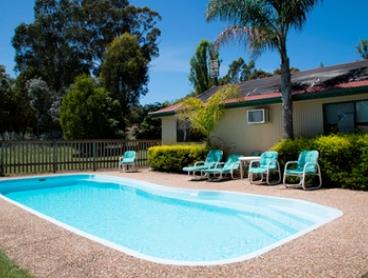 Lakes Entrance: 2 or 3 Nights for Two or Four with Breakfast, Wine and Late Check-Out at Lakes Entrance Country Cottages