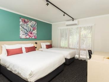 Cairns: Up to Three Nights for Two People with Breakfast, Wine, Early Check-In and Late Check-Out at Balaclava Hotel