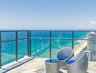 Stylish Ocean-View Apartment Stay Overlooking Surfers Paradise - Perfect for Couples & Families
